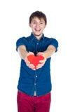 英俊的浅黑肤色的男人供以人员拿着红色心脏,隔绝在白色背景 库存图片