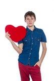 英俊的浅黑肤色的男人供以人员拿着红色心脏,隔绝在白色背景 库存照片