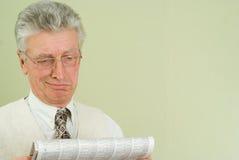 英俊的生意人读了报纸 库存照片