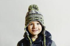英俊的男孩一点 滑稽的微笑的孩子 冬天时尚孩子 库存照片