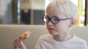 英俊的男孩吃薄饼 股票视频