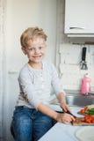 英俊的男孩在厨房里在家烹调 健康的食物 库存照片