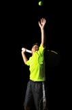 英俊的男孩用做服务的网球设备 免版税库存照片