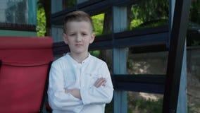 英俊的男孩的Lokk对照相机微笑户外 4K 股票视频