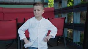 英俊的男孩的Lokk对照相机微笑户外 4K 股票录像