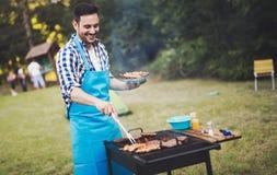 英俊的男性准备的烤肉 免版税图库摄影