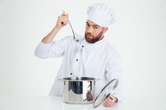英俊的男性厨师厨师品尝食物 图库摄影