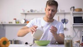 英俊的男性吃玉米片用牛奶,养育和健康早餐 股票视频