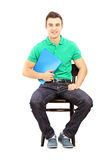 年轻英俊的男性坐椅子等待的工作面试 图库摄影