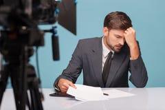 英俊的男性新闻广播员遭受 免版税库存图片