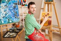英俊的男性艺术家在工作 库存照片