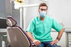 年轻英俊的男性医生佩带的牙医面具和玻璃 免版税库存图片