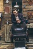 英俊的白种人男性理发师画象有时兴的发型的 免版税图库摄影