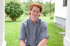 英俊的红发少年 免版税库存图片