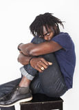年轻英俊的美国黑人的人,恼怒的神色,杂草 免版税图库摄影