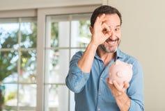 英俊的老人在家 免版税库存照片