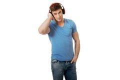 英俊的耳机听的人音乐 图库摄影