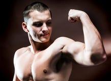 英俊的肌肉人 免版税库存图片