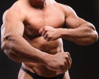 英俊的肌肉爱好健美者 免版税库存图片