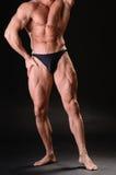英俊的肌肉爱好健美者 免版税库存照片