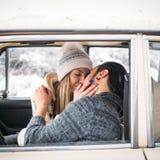 英俊的行家男人和秀丽妇女互相亲吻坐在减速火箭的汽车的 Valintine ` s天概念 方形的图片 免版税库存图片