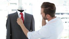 英俊的裁缝感人的衣服和谈话在电话 股票视频
