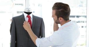英俊的裁缝感人的衣服和谈话在电话 股票录像