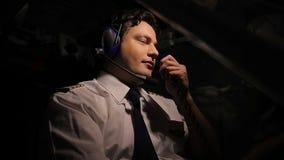 英俊的试验飞行飞机,挥动与在收音机的调度员,享受工作 影视素材
