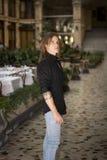 英俊的长的户内头发年轻人在典雅的画廊 免版税库存照片