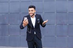 英俊的阿拉伯人在商业中心采取selfie巧妙的电话 免版税库存照片