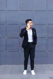 英俊的阿拉伯人在巧妙的电话在商业中心谈话 库存图片