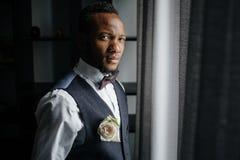 英俊的非裔美国人的新郎 库存图片