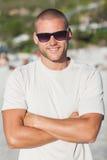 英俊的年轻人佩带的太阳镜 免版税库存图片