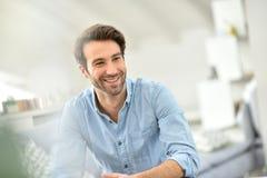英俊的年轻人画象在家 免版税图库摄影