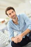 英俊的年轻人画象沙发的 免版税库存照片