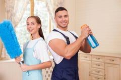 英俊的年轻夫妇在房子里做着清洁 库存照片