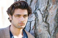 英俊的年轻意大利人画象,时髦的头发 男性发型 图库摄影
