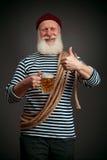 英俊的水手被隔绝 海员用啤酒 免版税库存图片