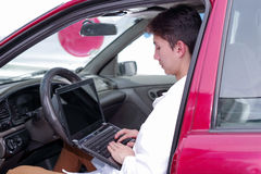 英俊的年轻技工人用途计算机检查从手机应用的结果检查运动机能 免版税库存图片