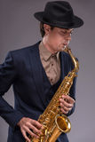 英俊的年轻爵士乐人 库存照片