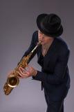 英俊的年轻爵士乐人 免版税库存图片