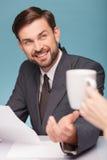 英俊的年轻现场报道员做一个断裂 免版税库存图片