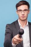 英俊的年轻男性新闻工作者是采取  免版税图库摄影