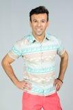 英俊的巴西男性穿五颜六色的夏天衬衣 30s 免版税库存照片