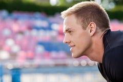 英俊的年轻运动员以后采取呼吸 免版税图库摄影