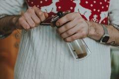 英俊的barista白种人人研磨咖啡豆为做的浓咖啡咖啡做准备 免版税库存图片