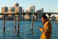 英俊的texting人的移动电话 免版税库存照片