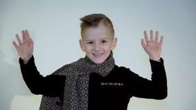 英俊矮小强壮男子摇与他手和显示你好 股票视频