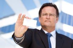 英俊空白企业生意人的看板卡提供 免版税库存照片