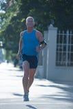 英俊老人跑步 免版税库存照片